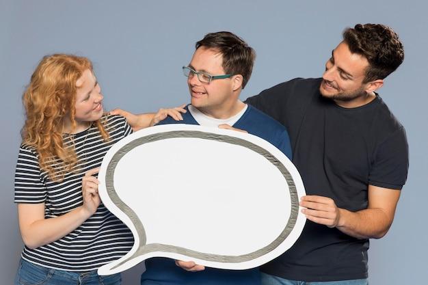Personas con una burbuja de discurso de papel