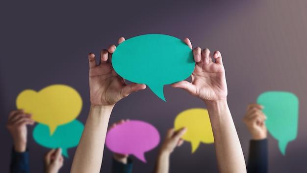 Personas con burbujas de discurso