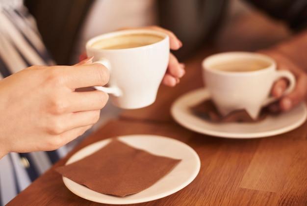 Personas en la cafetería tomando café