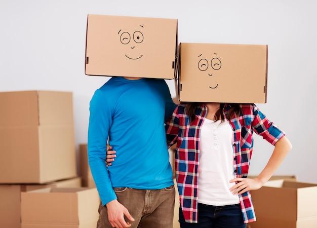 Personas con cajas de cartón en la cabeza.