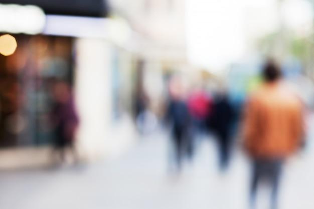 Personas caminando por una calle