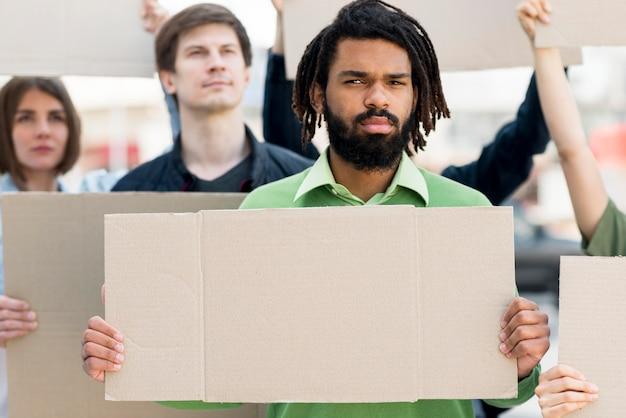 Las personas con cartones negros viven concepto de materia