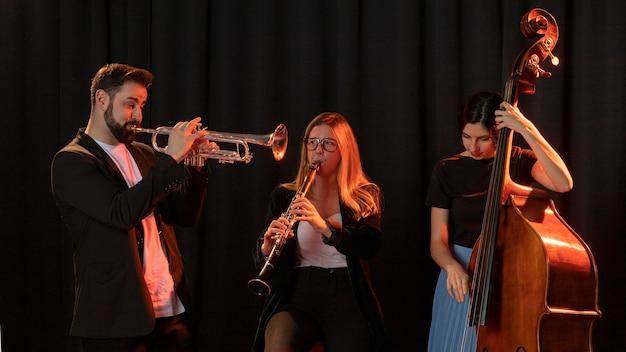 Personas celebrando el evento del día del jazz.