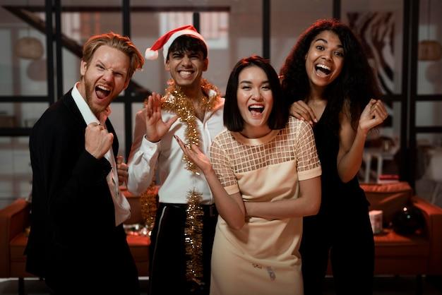 Personas celebrando juntas en una fiesta de fin de año.