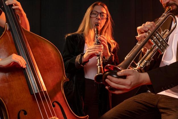 Personas celebrando juntos el evento del día del jazz.