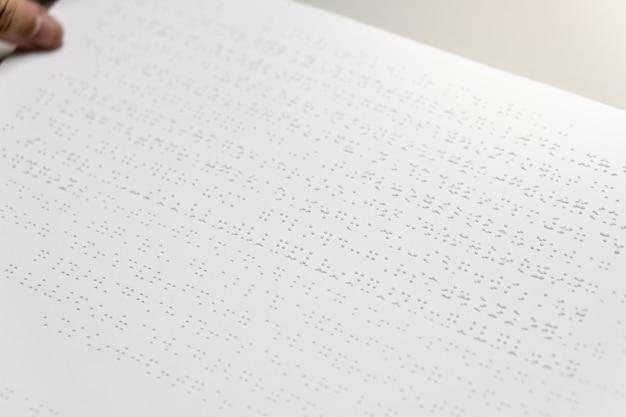 Personas ciegas leyendo el libro de braille