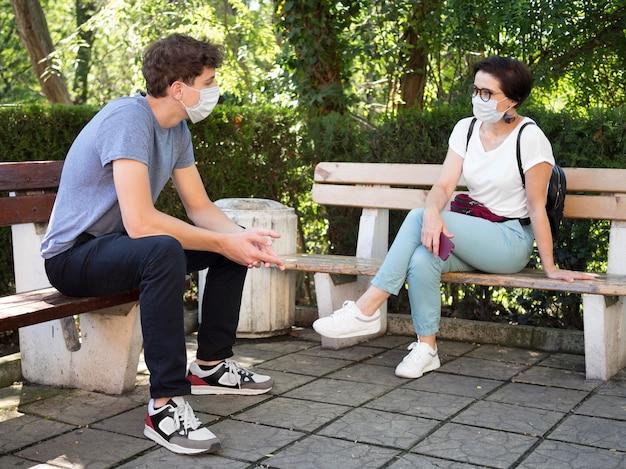 Personas con concepto de distanciamiento social