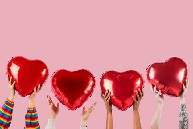 Personas con corazones para la celebración de san valentín