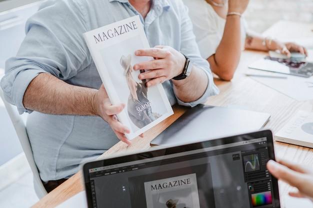 Personas creativas que trabajan en el diseño de portadas de revistas.