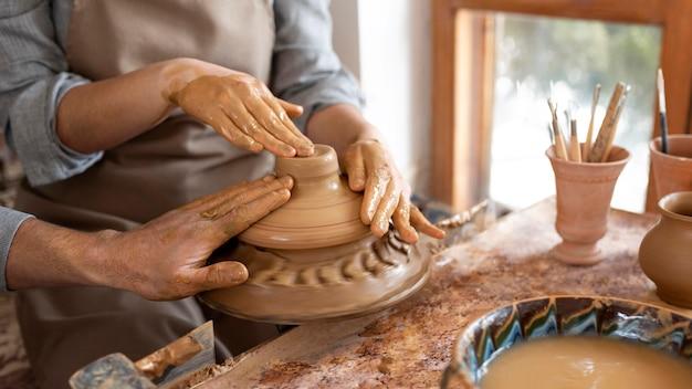 Personas creativas que trabajan en un taller de cerámica.