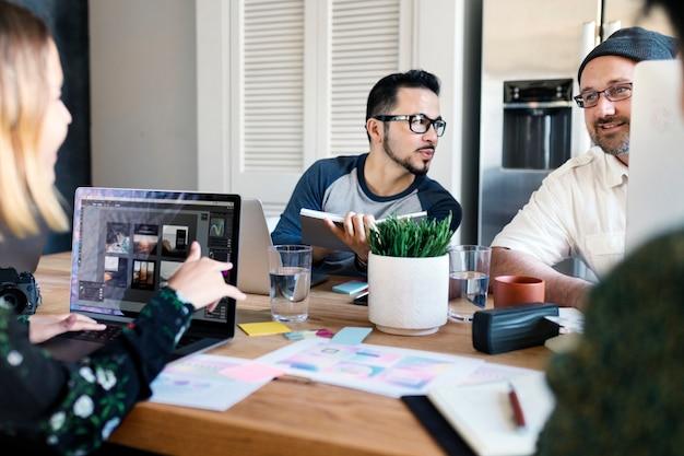 Personas creativas en una startup intercambiando ideas para un nuevo proyecto.