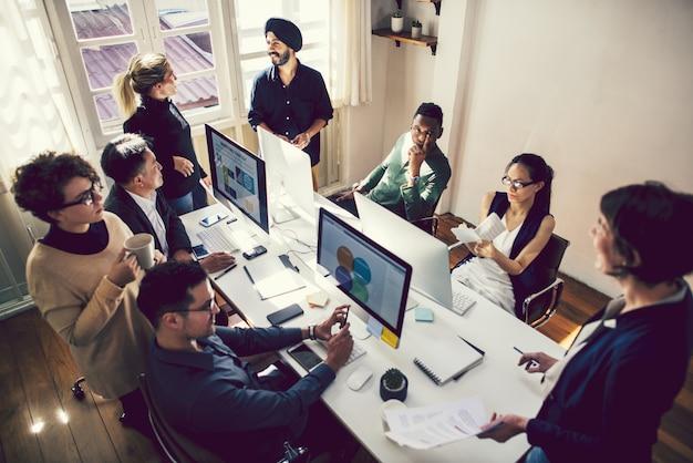Personas creativas trabajando en una oficina informal.