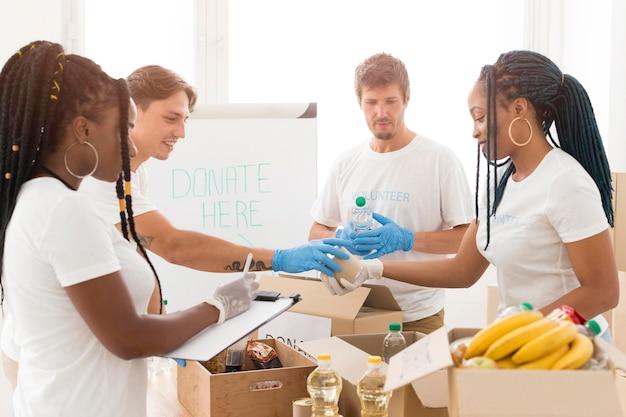 Personas cuidando juntas de donaciones.