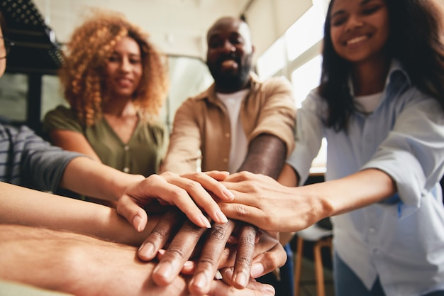 Personas de diferentes etnias que se unen para cooperar juntas