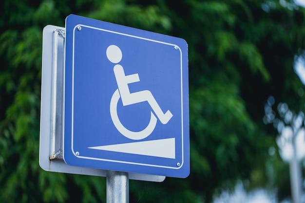 Personas discapacitadas en señal de pendiente de silla de ruedas para apoyo de discapacitados