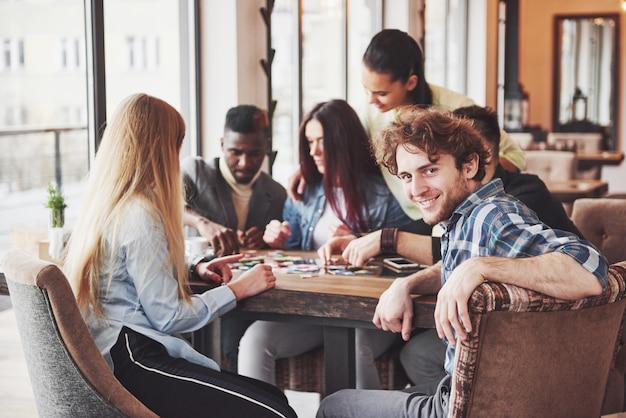 Personas divirtiéndose mientras juegan juegos de mesa
