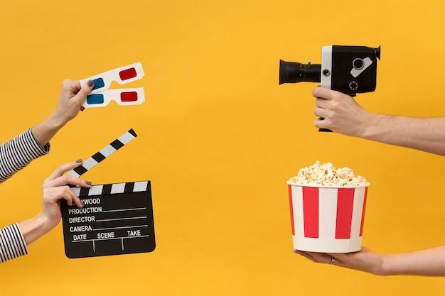 Personas con elementos de la película.