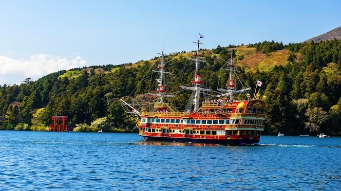 Personas en el barco pirata rojo turismo puerta torii de hakone