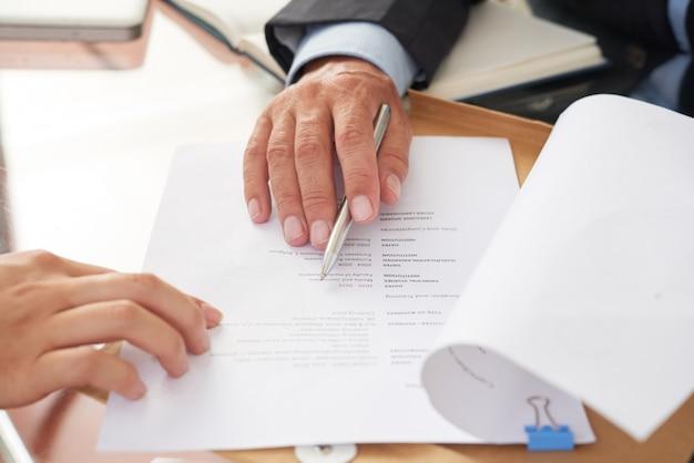 Personas examinando currículum empresarial