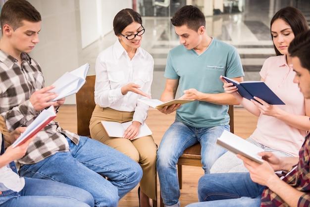 Las personas felices hablan juntos en la oficina.