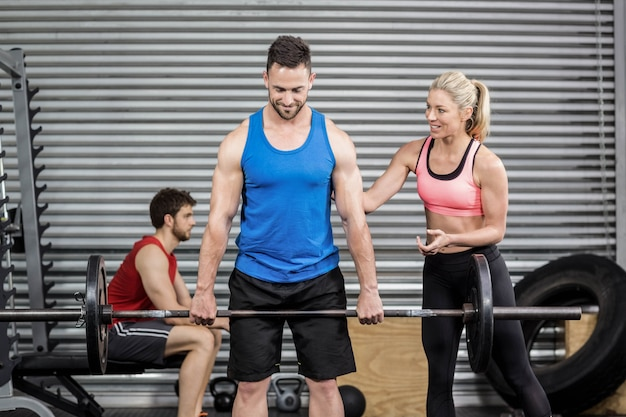 Personas en forma haciendo ejercicios en el gimnasio