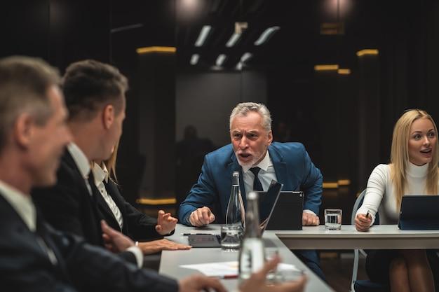 Las personas hablando entre sí en una conferencia de negocios.