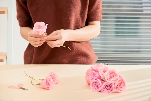 Personas haciendo arte de flores de papel