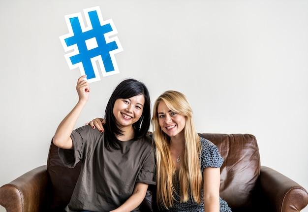 Personas con el icono de símbolo de hashtag