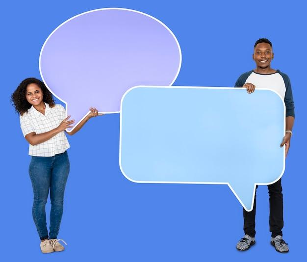 Personas con iconos de burbujas de discurso