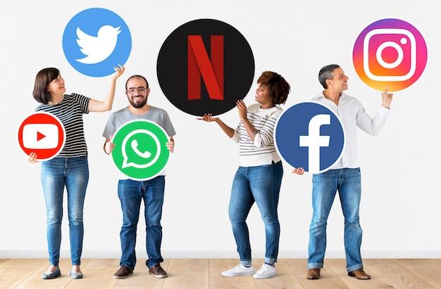 Personas con iconos de marcas digitales.