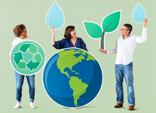 Personas con iconos de medio ambiente y reciclaje.