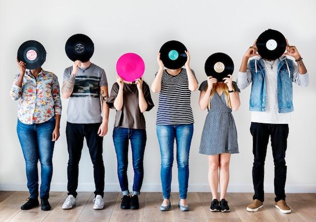 Personas juntas disfrutando de la música.
