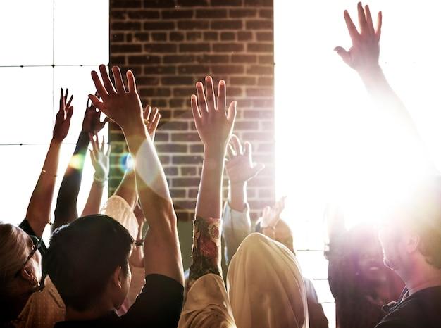 Personas levantando la mano en un seminario.