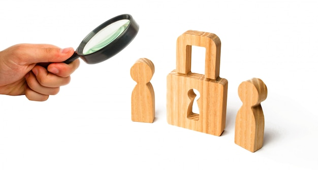 Personas de madera con candados. dos personas con cerradura. seguridad y protección, garantía