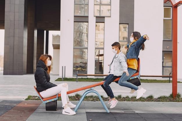 Personas en una máscara de pie en la calle
