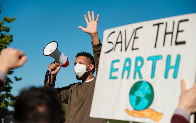 Personas con máscara en protesta ambiental.