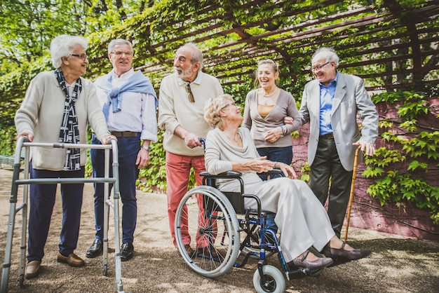 Personas mayores caminando al aire libre Foto Premium