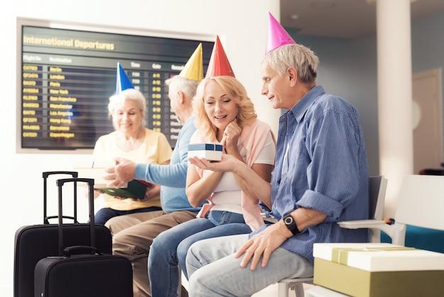Las personas mayores celebran su cumpleaños juntos.