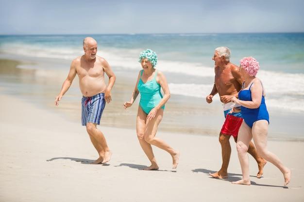 Personas mayores corriendo en la playa