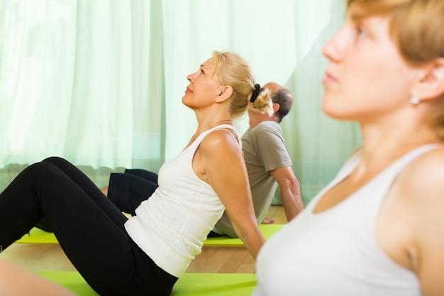 Personas mayores en fitness con instructor