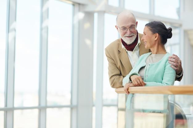 Personas mayores hablando