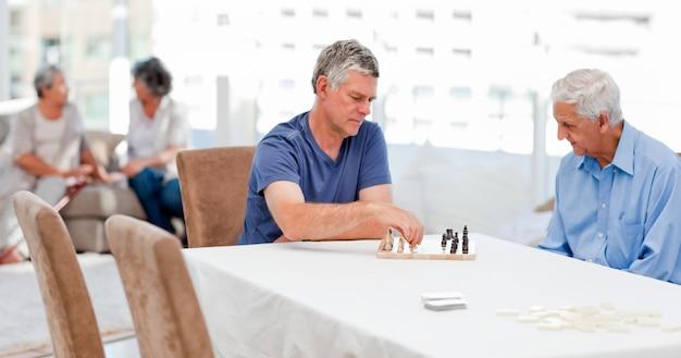 Personas mayores jugando al ajedrez