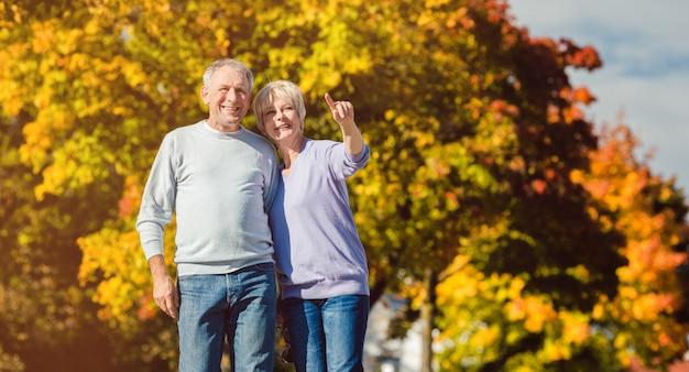 Personas mayores en parque otoñal