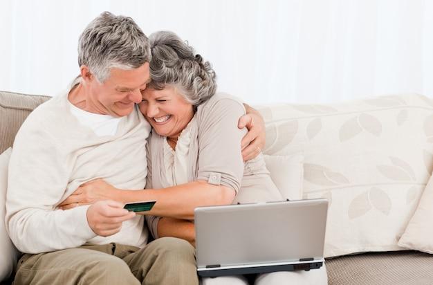 Personas mayores que compran algo en internet