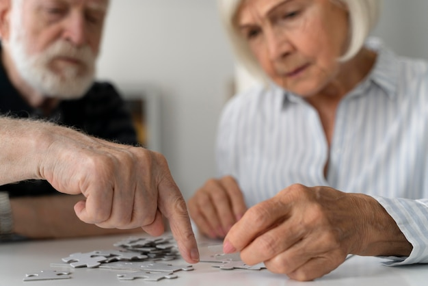 Personas mayores que enfrentan la enfermedad de alzheimer