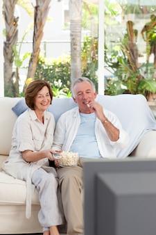 Personas mayores viendo televisión en casa