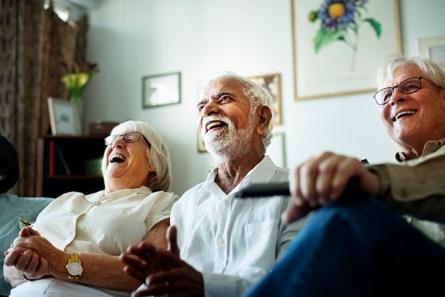 Personas mayores viendo la televisión juntos