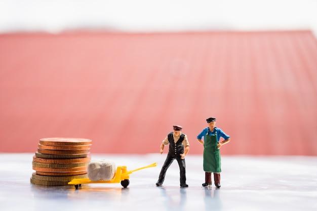 Personas en miniatura, equipo de logística con carga y moneda en el sitio de trabajo, utilizando para logística y negocios co
