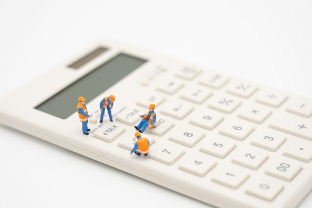 Personas en miniatura paga cola ingresos anuales (impuestos) del año en la calculadora.