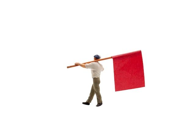 Personas en miniatura sosteniendo megáfono con banderas aisladas